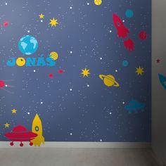 Samolepky do dětského pokoje - Proxi rakety, létající talíř, družice, planety, hvězdy. Možnost doplnit jméno. Jako podklad pro samoleppky slouží tapeta Proxi - představující vesmírnou oblohu. Vše od WAL1.