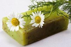 La cura della pelle, con sapone naturale mano camomilla