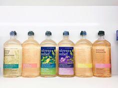 Gel tắm thư giãn Bath & Body Works Aromatherapy Body Wash & Foam Bath 295ml Giá: 220k Gel tắm với liệu pháp chiết xuất từ các loại tinh dầu cũng như các loại hoa sẽ giúp làm dịu tinh thần và ngủ ngon mùi thơm nhẹ nhàng mang lại cảm giá cực kỳ dễ chịu. Gel tắm này có thể dùng tắm bồn luôn nhé. Cách tắm bồn: đổ gel tắm vào bồn khoảng 2oz (60ml) gel sẽ nhanh chóng tạo bọt hãy ngâm mình vào bồn nước và tận hưởng cảm giác thư giãn thoải mái trong khi bọt sóng mơn man trên làn da mịn màng. Hít thở…