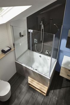 Design a small bathroom: 12 thoughtful solutions - bathtub Corner Bathtub Shower, Mini Bathtub, Wood Bathtub, Bathroom Tub Shower, Tub Shower Combo, Cosy Bathroom, Attic Bathroom, Upstairs Bathrooms, Bathroom Kids