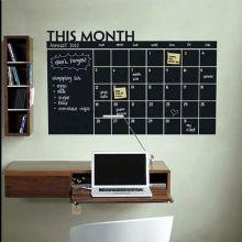 Tableau noir adhésif de vinyle CALENDRIER avec 5 craies -92x60-