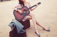 Há muito tempo eu esperava alguém que tocasse meu violão e enchesse meu coração de alegria...  Hoje ele voltou a tocar: agora faço meu próprio som!