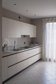 Cucina  Artec  Lungomare  laccato bianco opaco  maniglia gola  top laminato tinta cesar