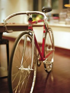 Cool track bike. Dig the drop on the handle bars!