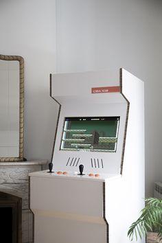Cardboard Arcade Cabinet Presentamos CBA 102, una máquina recreativa de cartón. Innovación y diseño se unen esta máquina recreativa, con la que puedes jugar a más de 1500 juegos, o simplemente usarla para mostrar en su pantalla de 22 pulgadas Full HD un portfolio creativo, un dossier de marca, un catálogo de productos…etc. Su superficie…