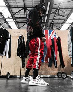 Men Looks, Swag Outfits, Casual Outfits, Best Street Outfits, Red Joggers, Yeezy Outfit, Urban Outfits, Urban Fashion, Streetwear Fashion