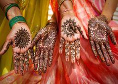 Перед тем как невеста из Индии выходит замуж, она вместе со своими подругами и родственницами разрисовывают свои руки и ноги изощренным орнаментом, под названием мехенди. Эти временные татуировки делаются из хны, они держатся несколько недель. Узоры менхди чрезвычайно сложны, требуются часы кропотливого труда для их нанесения. Стоит позавидовать терпению молодых индийских невест.  Обряд нанесения менхди представляет собой празднество, подобное девичнику, делая занятие более увлекательным.