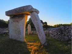 Los monumentos piedras están en la isla Menorca. Menorca tiene más de 1600 monumentos prehistóricas, quizás una concentración más alto por el mundo. Es creído que los monumentos megalitos tienen más que 3.500 años