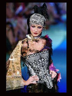 Défilé Haute Couture, collection Automne/Hiver 2002-03 - Joyeux anniversaire Christian Lacroix ! - Grazia