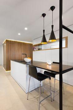 Cocina alargada con barra en negro