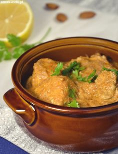 Kurczak w maśle ( Butter Chicken - Murgh Makhani ) jedno z najbardziej znanych dań kuchni indyjskiej. Kurczaka w maśle możemy znaleźć prawdopodobnie w każdej restauracji indyjskiejw każdym zakątku świata. Kawałki kurczaka marynowane w jogurcie i przypraw