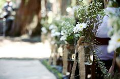 simple & pretty outdoor aisle decorations. mason jars, burlap, daisies & baby's breath!