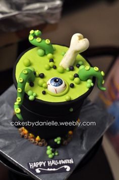 ► Witch's Brew Cake: no recipe or instructions, just an inspirational photo. Halloween Torte, Pasteles Halloween, Bolo Halloween, Theme Halloween, Halloween Sweets, Halloween Trick Or Treat, Halloween Cupcakes, Halloween Birthday, Halloween Kids