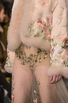 Alexander McQueen at London Fashion Week Fall 2016 - Details Runway Photos Haute Couture Style, Couture Mode, Couture Details, Fashion Details, Couture Fashion, Runway Fashion, High Fashion, Fashion Show, Fashion Design