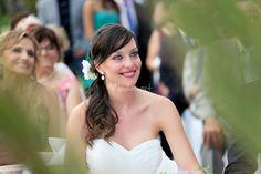 Sonrisa y mirada cómplice novia en su boda de Estudio Fotográfico Aguado | http://www.bodas.net/fotografos/estudio-fotografico-aguado--e29529/fotos/15