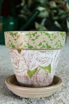 Os guardanapos também podem usados para personalizar ou reaproveitar vasos de plantas.