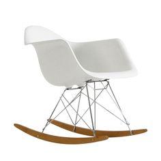 En klassiker designet av Charles & Ray Eames i 1950. Produseres av Vitra. Gyngestol med hvit skall og metall understell. Kan bestilles i andre farger via butikken.
