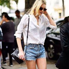 Look verão com shorts jeans + camisa branca.