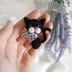 If you are a cat or cute brooch lover, or you have a little princess, this brooch pattern is just for you. You can see yourself what a beauty this brooch))) – BuzzTMZ Crochet Wolf, Cute Crochet, Crochet Animals, Crochet Brooch, Crochet Basics, Crochet Patterns Amigurumi, Crochet Gifts, Stuffed Toys Patterns, Single Crochet