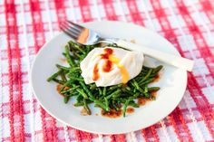 Poached eggs with samphire, honey, harissa dressing. Inspired by Guy Watson of Riverford Farm and his favourite samphire accompaniment - the poached egg, we added a quick spicy dressing to this simple. Veggie Recipes Healthy, Clean Recipes, Vegetarian Recipes, Hemsley And Hemsley, Fresh Eats, Good Food, Yummy Food, Easy Eat, Recipes From Heaven
