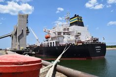 PUERTO QUEQUEN : ROJAS EXPRESO SU SATISFACCION POR AÑO RECORD DE EXPORTACIONES    Puerto Quequén: 75 Millones de ToneladasA dos días del comienzo de un nuevo año con la salida de dos buques la estación marítima de Puerto Quequén alcanzó las 7.520.315 toneladas operadas durante el 2016 superando en medio millón de toneladas su récord histórico de 2012. Con un calado de 43 pies -1310 metros- el buque AMIS ACE zarpó del giro 4 con destino a Arabia Saudita con una carga de 66 mil toneladas de…
