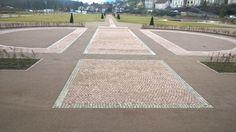 jardin de l'abbaye de Moyenmoutiers - allée centrale en pavés grès de Champenay (Grès des Vosges) Stepping Stones, Outdoor Decor, Gardens, Stair Risers