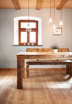 Diese schöne Esstischgruppe aus Holz von Edictum - UNIKAT MOBILIAR darf beim Putzen nicht mit zu viel Wasser oder aggressiven Reinigungsmittel behandelt werden.