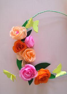ghirlanda con rose e farfalle