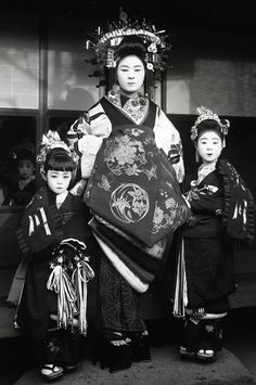 Tayuu and two attendants.  About 1910's, Japan.  Image via yuki willy v of Flickr