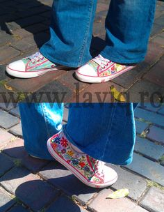 Tenisi pictati manual, in culori textile - Floricele    www.laviq.ro www.facebook.com/pages/LaviQ/206808016028814 Vans Authentic, Manual, Facebook, Sneakers, Shoes, Fashion, Trainers, Moda, Zapatos