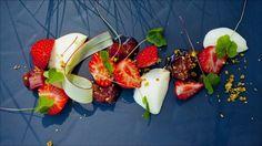 Tykkmelkspudding med rabarbrakompott, jordbær og kløversyre
