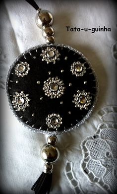 colar em feltro bordado com missangas e debroado a crochet