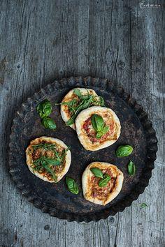 Mini Pizza mit Käserand, Pizza, Minipizza, Käserand, Käse, Snack, Italienisch, Pizzarezept, frisch, pizza recipe, italian food, italian, pizza baking, cheese, mini cheese pizza, snack idea, fresh