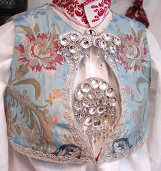 Must be Norwegian , that is a typical style of broach Medieval Costume, Folk Costume, Lausanne, Norwegian Clothing, Scandinavian Embroidery, Norse Vikings, Nordic Home, Folk Fashion, Bridal Crown