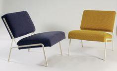 ARP (Guariche, Mortier, Motte). Deux chauffeuses recouvertes de tissu jaune et bleu, structure en métal laqué blanc. 1956, Edition Airborne