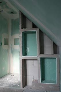 mob ossature bois isolation energie domotique bbc knx alsace salle de bain mur de la douche avec deux niches et un tabouret sous le - Domotique Salle De Bain