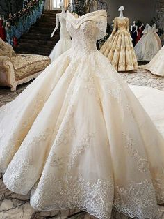 Off the Shoulder Ball Gown Hand Made Gorgeous Bridal .- Weg von der Schulter Ballkleid Hand Made wunderschöne Brautkleid – Damen Kleider Off the shoulder ball gown hand made gorgeous wedding dress # ball gown # bridal dress # shoulder # gorgeous - Gorgeous Wedding Dress, Best Wedding Dresses, Bridal Dresses, Wedding Gowns, Wedding Frocks, Gold Wedding, Filipiniana Wedding Theme, 40s Wedding, Wedding Dress Trends