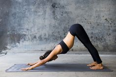 Yoga is a natural way to help alleviate back pain. Here are 12 yoga poses that can help you if you suffer from back pain. Ashtanga Yoga, Yoga Vinyasa, Bikram Yoga, Yoga Nidra, Yoga Sequences, Yoga Sequence For Beginners, Yoga Poses For Beginners, Fitness Del Yoga, Tonifier Son Corps