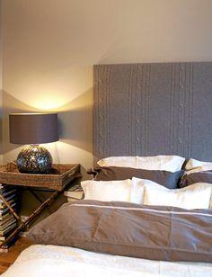 Soverommet er preget av duse toner som ligger nærme hverandre på fargeskalaen, grått, hvitt beige og brunt. Dette gir en jordnær stemning. Nattbordet er en spennende detalj i rommet, med en bordplate formet som en kurv.