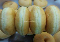 Resep Donat super empuk + tips oleh Evi Wijayanti - Cookpad Donut Recipes, Bread Recipes, Cooking Recipes, Fun Recipes, Indonesian Food Traditional, Bread Improver, Custard Buns, Roti Bread, Donuts