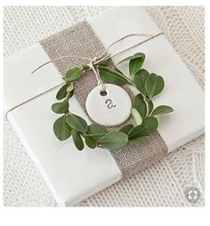 20 of the Most Beautiful Holiday Gift Wrapping Ideas! Looking for some gorgeous holiday gift wrapping ideas? We've got 20 of the most beautiful and creative ideas out there, and lots of them are easy to do! wrapping ideas for christmas Easy Diy Christmas Gifts, Christmas Tree With Gifts, Christmas Gift Wrapping, Christmas Paper, Holiday Gifts, Christmas Bows, Christmas Place Setting, Christmas Ideas, Wedding Gift Wrapping