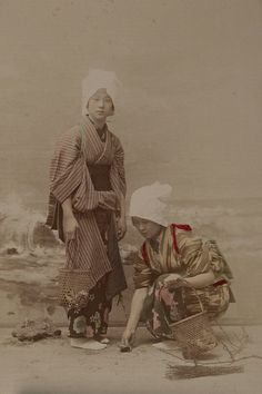 Women gathering shells by the sea. Japan was an overwhelmingly rural society in the century and only began to industrialise with the arrival of Western traders Japanese History, Japanese Culture, Hiroshima, Geisha, Photos Du, Old Photos, Vintage Photographs, Vintage Photos, Samurai