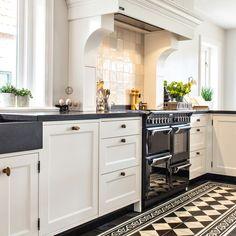 Country Chic Kitchen, Modern Farmhouse Kitchens, Farmhouse Kitchen Decor, Kitchen Interior, New Kitchen, Home Kitchens, Kitchen Dining, Kitchen Cabinets, Galley Kitchen Remodel