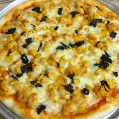 Hi everyone!  Sunday has almost come to an end! Hope you all had a lovely weekend! 💛  I made two chicken tikka pizzaz with black olives and sweetcorn on demand of my beloved nephew! 😘  It is simple and yumm! If interested just click direct link in profile bio to get the recipe 👍  ___ #pizza #homemade #bakingtime #yumyum