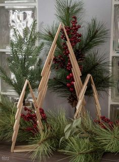 Pallet Wood Christmas Tree, Wooden Christmas Crafts, Farmhouse Christmas Decor, Diy Christmas Tree, Homemade Christmas, Christmas Projects, Holiday Crafts, Christmas Holidays, Christmas Ornaments