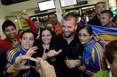Recibimiento de decenas de aficionados en el Aeropuerto de Monterrey