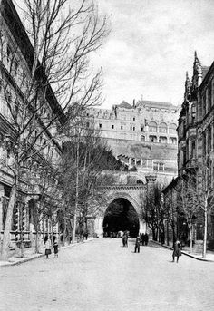 1907. A bal oldali Schacner-ház 1890-ben már négy szintes, a jobb oldali trafik helyén pedig megépül a 3 emeletes gótikus Pfisterer-ház. Az Alagúttól jobbra látható vendéglőt (Alagút u. 2.) a felvétel készítésekor Horovszky Ferenc üzemelteti, aki a címjegyzékekben 1881-86. között szerepelt e helyen. A vendéglő helyén 1899-1900 közt épül fel a 3 emeletes Kilényi-villa. Old Pictures, Old Photos, Vintage Photos, Capital Of Hungary, Budapest Hungary, Historical Architecture, Historical Photos, Old World, Tao