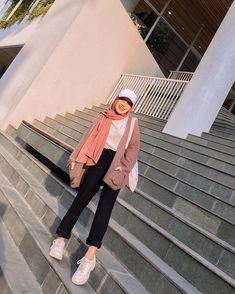 "D E V A on Instagram: ""Kalo mau outfit yang santai tapi kece, kalian bisa pake outer rajut begini 😍 Nah ini aku pesen nya di @papermintclo Masih banyak pilihan…"" Modern Hijab Fashion, Street Hijab Fashion, Hijab Fashion Inspiration, Muslim Fashion, Fashion Ideas, Stylish Hijab, Casual Hijab Outfit, Cute Casual Outfits, Hijab Fashionista"