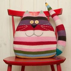 Examples of Decorative Pillow Models 18 - Patchwork - Cool Decorative Pillows Sewing Toys, Sewing Crafts, Sewing Projects, Fabric Toys, Fabric Crafts, Cat Pillow, Sweater Pillow, Cushion Pillow, Diy Couture