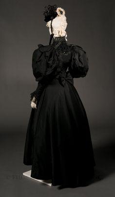 - Two-piece formal dress - Silk faille Victorian Era Fashion, 1890s Fashion, Vintage Fashion, Antique Clothing, Historical Clothing, Two Piece Formal Dresses, Gothic, Fashion History, Beautiful Outfits